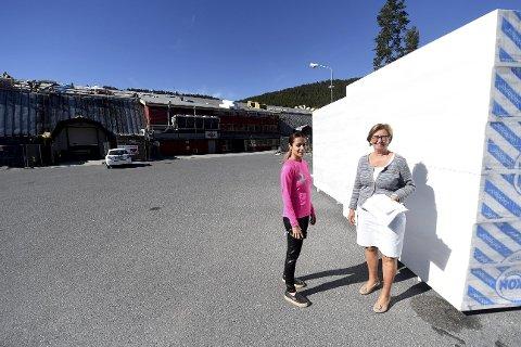 STOR JOBB: Mana Rambod (t.v.) og Ellen Østby foran stablene med  isopor som skal legges på taket på Kongsberghallen. En jobb til drøyt ti millioner kroner.alle foto: ole john Hostvedt