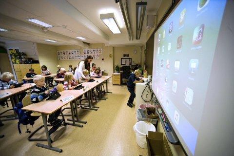 Helt på nett: Elevene i 1. klasse på Hvittingfoss skole får grunding opplæring av instruktør Marit Mørk fra Rikt, som spesialiserer seg på opplæring av digitale plattformer i skolen. Her får også elevene prøve seg foran klassen med én gang.