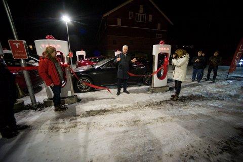 HUMØRFYLT: Ordfører Oddvar Garaas i Flesberg sørget for en uformell og trivelig åpning av den nye ladestasjonen for elbiler på Lampeland.