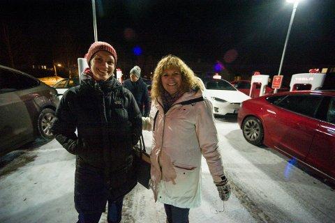 Mindre rekkeviddeangst: Carina Larsen og Vigdis Marie Løver syntes det var stas  på åpning av den nye ladestasjonen.