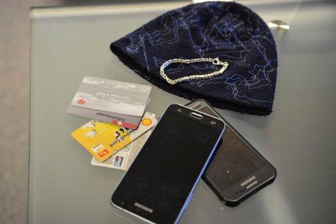 LOKALT HITTEGODS: To mobiltelefoner, fire betalingskort, et armbånd og ei lue er levert inn på Norgestaxi sitt kontor i Kongsberg nå.