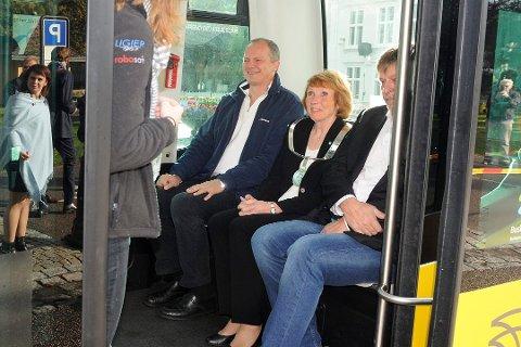 Samferdselsminister Ketil Solvik-Olsen syntes det var spennende å prøve den autonome bussen, men likte det han var med på. Han fikk en prøvetur med ordfører Kari Anne Sand og daværende UMU-leder Odd Mortensen.