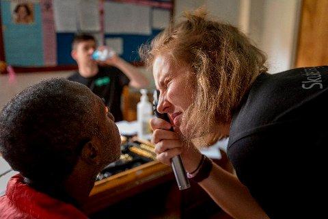 STERK OPPFORDRING: Marina Austad studerer til å bli optiker, i Kongsberg. Her er hun i Tanzania i vår. Nå oppfordrer hun alle i lokalmiljøet til å levere inne brukte briller på Specsavers i Kongsberg.