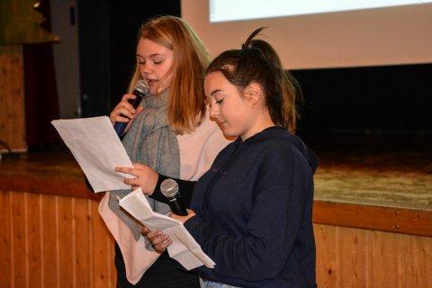 FORTALTE OM FN: Vilma M. Zayan (nærmest) og Christine Surlien på Flesberg skole fortalte om historikken til FN og hva organisasjonen jobber med nå.