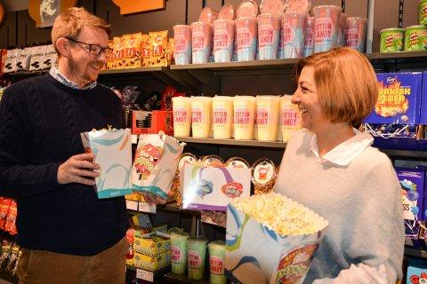 KLARE FFOR INNRYKK: Kinosjef Even Thunes Jensen og kioskansvarlig Snesja Ivanova regner med stort trøkk i kinokiosken hele lørdag.