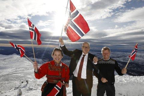 OL-PLANER: Planene for et OL i Telemark 2026 ble presentert på Gaustatoppen tirsdag. Fra venstre: Veslemøy Wåle (Notodden Høyre), Jonny Pettersen (Notodden Idrettsråd) og Tarjei Gjelstad (ordfører i Kviteseid). Foto: Ole Berg-Rusten / NTB scanpix