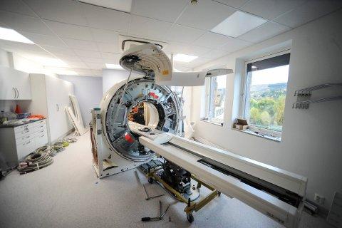 ENDELIG: Slik ser den nye CT-scanneren ut. Rommet den står i på sykehuset, har også blitt pusset opp.
