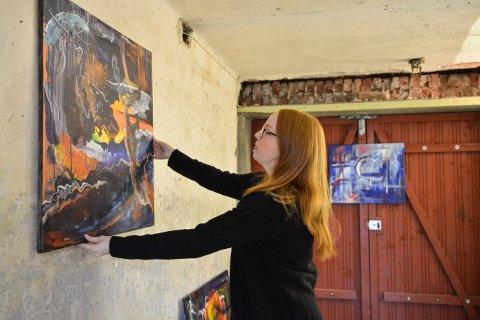Solveig Bordvik stiller ut kunst hjemme.