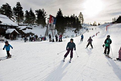 Kongsberg skisenter har fått god hjelp fra snøkanoner og værgudene. Fredag åpnes hele parken og slalåmbakken.