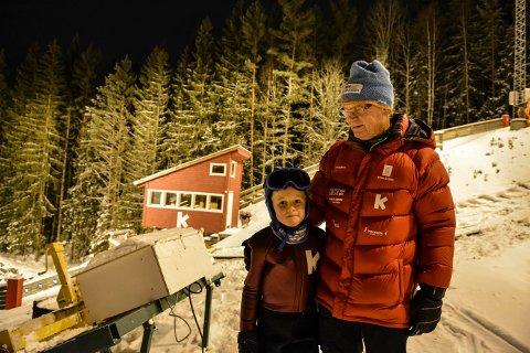 GODE VENNER: Aksel Steen-Brørs (7) og bestefar Birger Steen møtte opp på hopp-rekruttenes første utetrening denne sesongen.