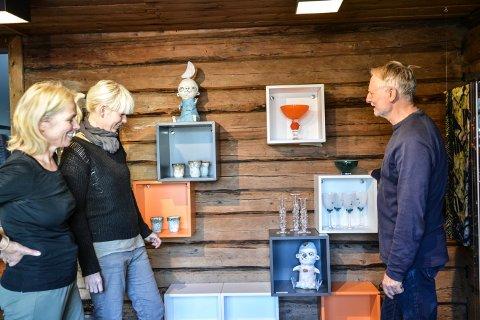GALLERIBUTIKK: Ingegjerd Mandt (t.v.), Kari Anne Helleberg Bahri og Jørn Hagen er i gang med å fylle opp butikken på Låven med lokal kunst.