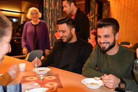 RISENGRYNSGRØT: Alaa Abollaban (t.v.) og Sulaiman Al-Abbar synes det er spennende med nye smaker.