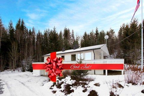 MED JULESLØYFE: Da eiendomsmegler Henning M. Sørensen fikk ideen om å lage en julegave av huset i Passebekk, ble det svært godt mottatt av både selgeren og kjøperne.