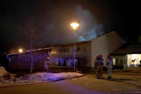 Brannmannskapene har nå fått kontroll over flammene, og driver nå med etterslukking, opplyser Vestviken 110.