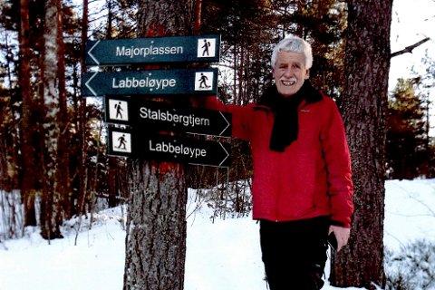 GODT MERKET: Bjørn Schei i Bystikomiteen viser fram de nye skiltene som viser hvor labbeløypene går.