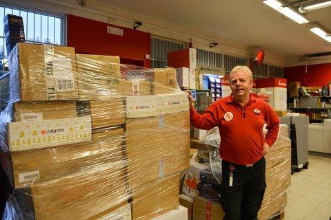 MANGE PAKKER: Butikksjef Erling Bakken på Extra på Gamlegrendåsen formidler enormt mange pakker i disse dager.