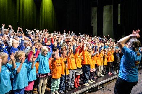 BARNESANG: Mange barn sto på scenen under de tre konsertene til Sangskattekista i Musikkteateret.