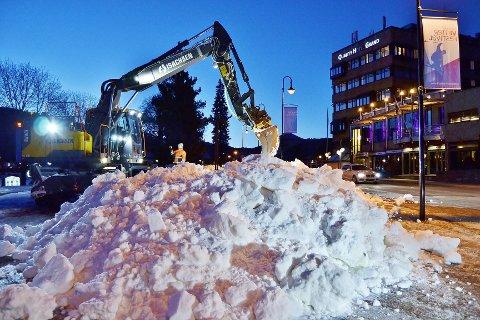 Jobber for fullt: Gutta fra Isachsen står på for å gjøre alt klart til Vinterfestivalen som starter lørdag.