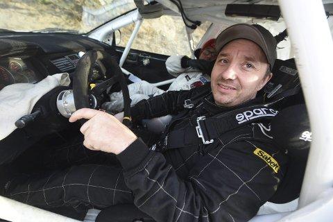 MED KORSETT: Ole Gunnar Skogli kjørte Numedalsrally med korsett etter en real smell på Sigdalsrally.
