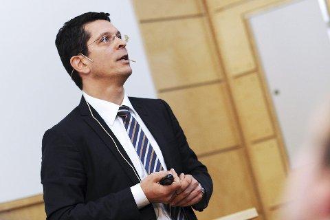 VARSLER TØFT ÅR: Kongsberg Gruppens konsernsjef Geir Håøyanslår at Kongsberg Gruppens omsetning vil være mindre ved utgangen av året enn den var i 2016 FOTO: KOG
