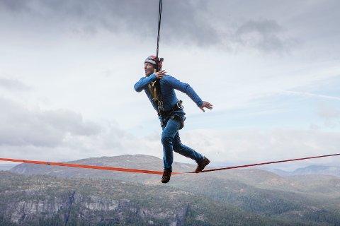Svein Østvik tester balanse og høydeskrekk i 71° nord.