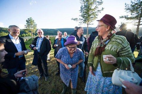 MYE LATTER: Nabokjerringan var i aksjon både før, under og etter middagen på festivalen i fjor. Her er Laila Solberg og Haldis Prestmoen fotgrafert under festivalen i fjor.