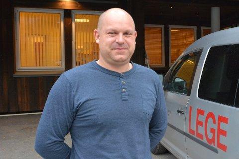 LYSER UT: Når Stefan Olsson går ut i ferie håper han at flere har søkt fast stilling som fastlege i Nore og Uvdal.