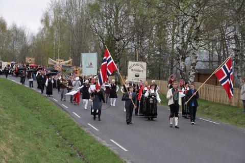 ROLLAG: Store og små pleier å selta i 17. mai-toget i Rollag.