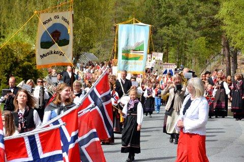 NORE OG UVDAL: Flagg, faner og fine klær hører med på nasjonaldagen.