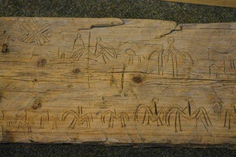 STOKK: Her er det skåret inn forskjellige figurer, blant annet en rekke hester. Stokken kan være flere hundre år gammel.