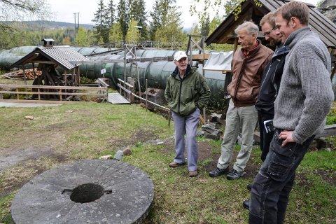 Forhånds Labrodagen. Kvernstein fra Kjørstadkverna. Fra venstre: Jon Kjørstad, Trygve Rognan, Ole Jacob Cranner og Knut Rogstad.  Foto: Mona Sandviken