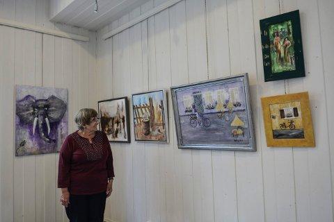 UTSTILLING: Graciela Syversen i Kongsberg malerklubb forteller om vårutstillingen, som har arbeider fra 11 kunstnere.