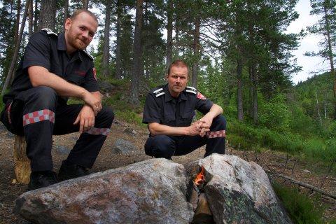 BÅL: Forskriften som omhandler bålbrenning åpner for turbål når det åpenbart ikke kan forårsake brann. Erik Rognli og Rune Toverud (t.v.) ved brannvesenet i Kongsberg maner likevel til forsiktighet ved all bruk av åpen ild.
