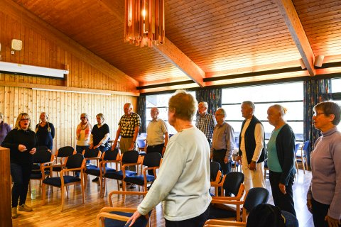ØVELSE: Signe Lise Holm dirigerer Åpent kor. Øvelsene er på Røde Kors-huset.