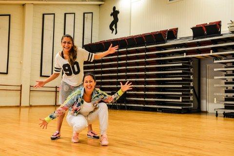 DANS. Mana Rambod (bak) og Stine Lyngås på Studio3 ønsker velkommen til dansekurs i sommerferien.