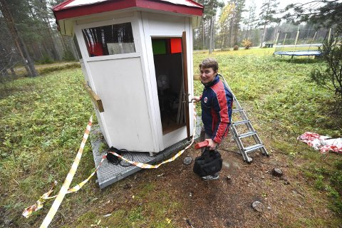 SPESIELL STANDPLASS: Gunn Heidi Sønsterud Haugen på vei inn i skyttertårnet sitt hjemme på Gamle Kongsbergvei.