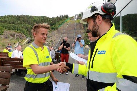 Thomas Aas Johansen (17) fra Kongsberg har tegnet lærlingekontrakt med Hæhre og Isachsen, og slipper teorien ved lengre lærlingetid.