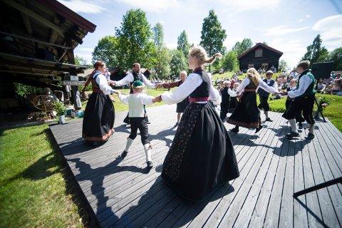 DANS PÅ TUNET: Småjondølene kommer til Dåsettunet i Flesberg lørdag 16. juli.