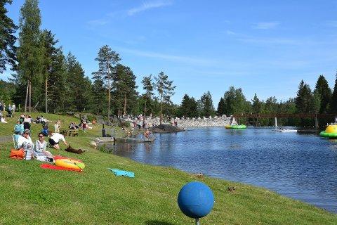 Kongsberg kommune måler badetemperaturen hver uke på de åtte badeplassene som kommunen har ansvar for. De siste målingene kom mandag, og viser at Saggrenda-dammen er blant de varmeste akkurat nå. (Bildet er tatt fra åpningen av den nye badedammen).