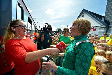 MOTTAKELSE: Ordfører Kari Anne Sand var strålende opplagt da hun tok i mot Sommertoget og reporter Lotte Olsen. Foto: Jan Storfossen