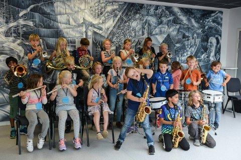 ASPIRANTER: Guttemusikken har 26 aspiranter i år. Onsdag fikk de hvert sitt instrument og det hørtes ut som om alle fikk lyd.