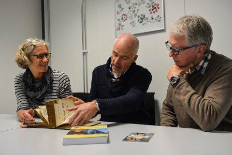 FELLES SATSING: Biblioteksjef Elisabeth Bergstrøm, prest Reidar Aasbø og lokalhistoriker Dag Kristoffersen presenterer programmet for reformsjonsjubileet i Kongsberg.