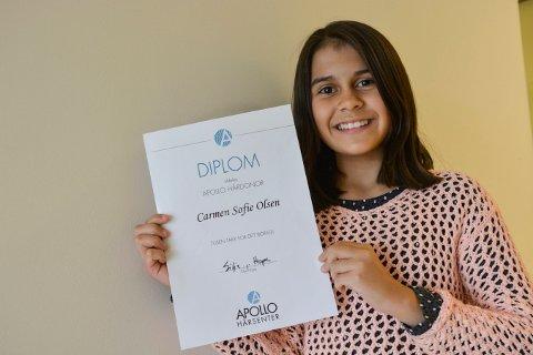 FIKK DIPLOM: Carmen Sofie Olsen (11) fra Kongsberg med den synlige takken for det lange håret.