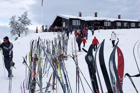 Den gang da: I helgene og feriene sto skiene ofte som en skigard opp mot Strutåsen. Nå er stedet stengt, for fjerde år på rad.