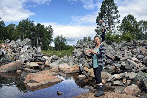 KULTURMINNE: Fauskodammen i Nore og Uvdal er ett av mange kulturminner i dalføret. Her står Bente Fønnebø, som har jobbet mye med Fauskodammen kulturpark.