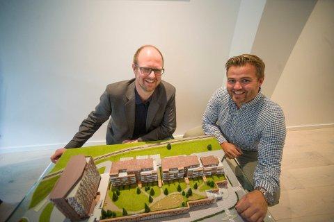 TROR PÅ REALISERING: Sølvparken skal bygges på Sildetomta i Kongsberg sentrum hvis 60 prosent av leiligheten blir solgt før byggestart. Meglerne som har ansvaret for det er Lars Bredeveien (t.v.) og Lars Martin Nilsrud.