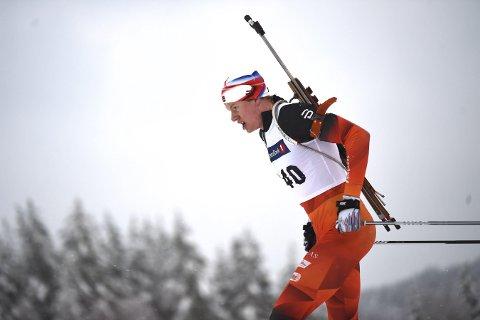 I FARTA: Svenes Herman Dramdal Borge i aksjon på søndagens normaldistanse i skiskyting på hjemmebane.FOTO: HOSTVEDT