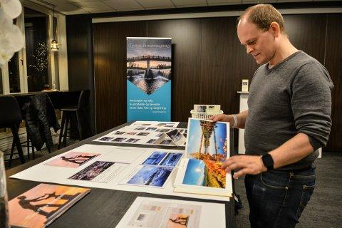 SELGER GODT: Fotograf Tor Magnus Anfinsens salg av fotobøker og postkort har så langt gått i pluss.