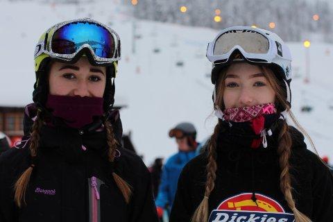 Liker å stå i bakken: Amalie Solberg(13) til høyre og Oda Tuko(13) til ventre liker føre i bakken om dagen.