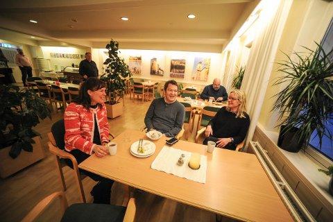 FROKOSTKOS: Isa Katharina Gericke, kunstneriske leder for Glogerfestspillene og Trygve Brøske pianist og komponist, deler en kaffe rundt frokstbordet med Kristin Franksson, daglig leder på Kongsberg Vandrerhjem.